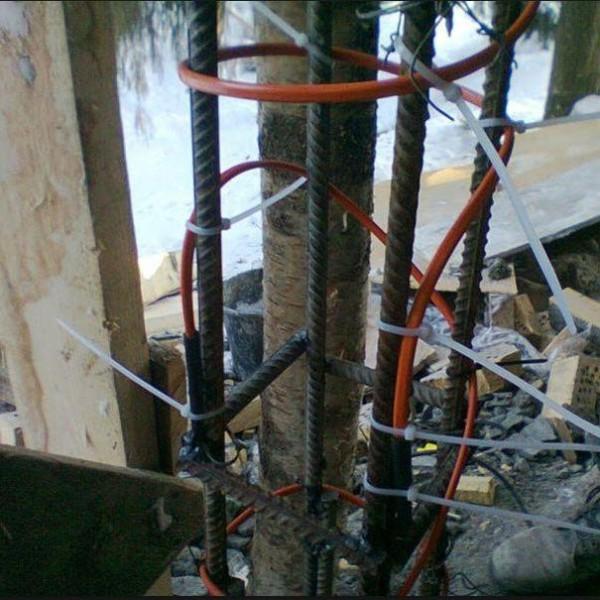 фото кабеля на бетоне