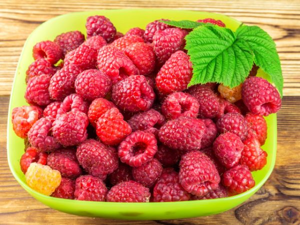 2017Food___Berries_and_fruits_and_nuts_Fresh_raspberries_in_a_green_bowl_on_a_table_115668_29