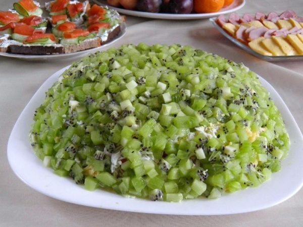 salat-izumrudnaya-rossyp-s-kivi-i-kuricei_1440575819_1_max