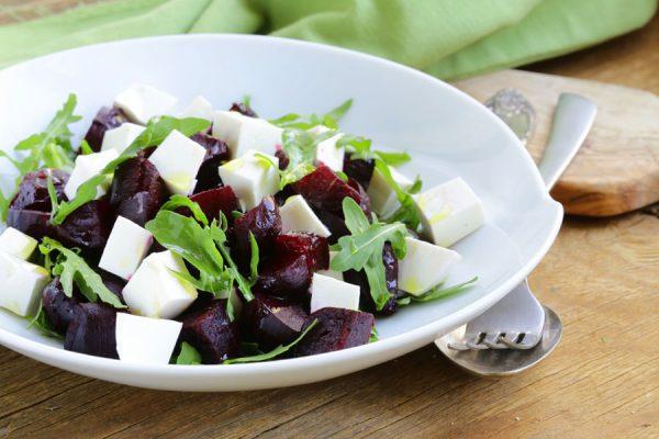 salat-s-kozim-sirom-i-rukkoloy