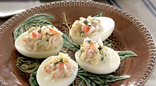 «Привет из СССР» — яйца фаршированные крабовым мясом с соусом равигот