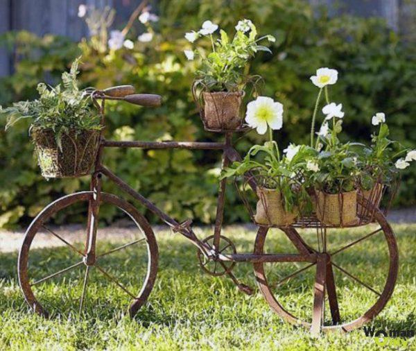 Podelki-dlya-sada-i-ogoroda-svoimi-rukami-dekor-iz-velosipeda