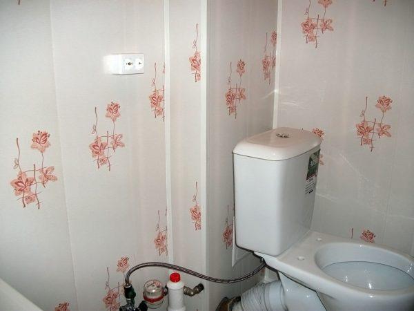 dizajn-tualeta-otdelannogo-plastikovymi-panelyami-31