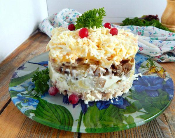 Картинки по запросу Слоёный картофельно-грибной салат с курицей