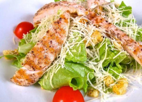 Salat TSezar s kuritsej i suharikami 120518 052259 PM-730x522