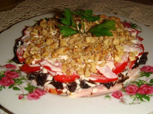 Картинки по запросу 2. Салат с черносливом, ветчиной и помидорами