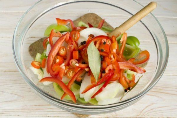 Salat-iz-zelyonykh-pomidorov-na-zimu-09-640x426
