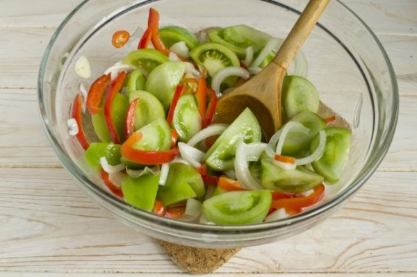 Salat-iz-zelyonykh-pomidorov-na-zimu-11-640x426