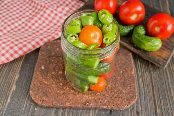 marinovannyie-ogurtsyi-s-pomidorami-08