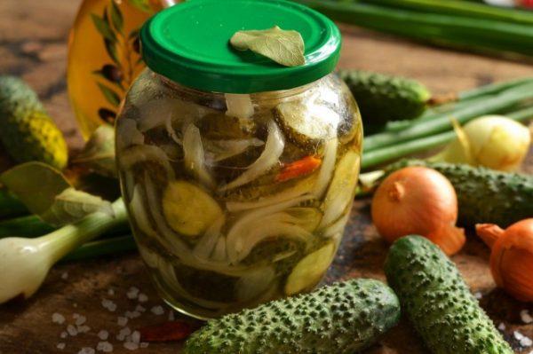 salat-iz-ogurtsov-s-lukom-na-zimu-01-640x426