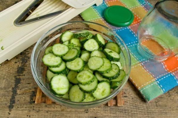 salat-iz-ogurtsov-s-lukom-na-zimu-07-640x426
