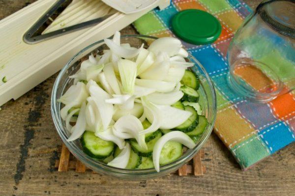 salat-iz-ogurtsov-s-lukom-na-zimu-08-640x426