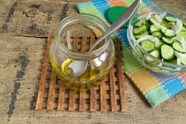 salat-iz-ogurtsov-s-lukom-na-zimu-11