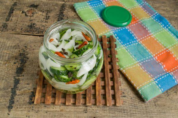 salat-iz-ogurtsov-s-lukom-na-zimu-12