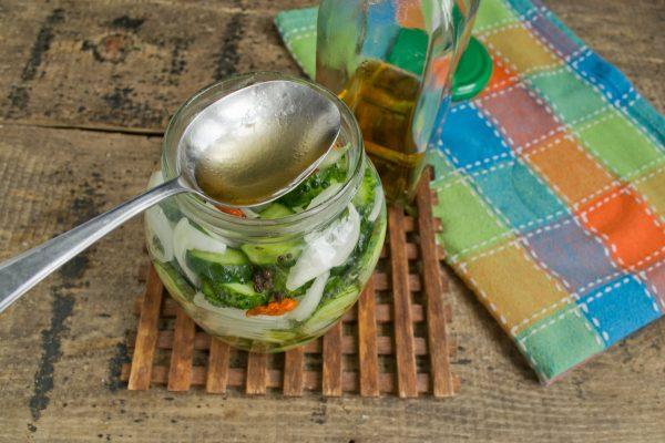 salat-iz-ogurtsov-s-lukom-na-zimu-13