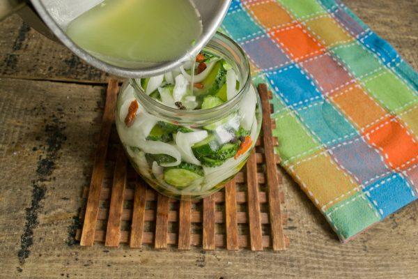 salat-iz-ogurtsov-s-lukom-na-zimu-14