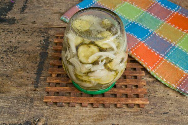 salat-iz-ogurtsov-s-lukom-na-zimu-15