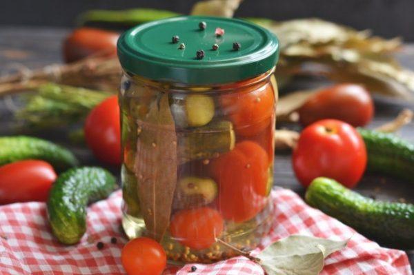 marinovannye-ogurtsy-s-pomidorami-letnee-assorti-na-zimu-1