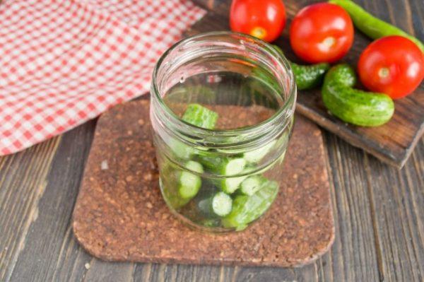 marinovannye-ogurtsy-s-pomidorami-letnee-assorti-na-zimu-2