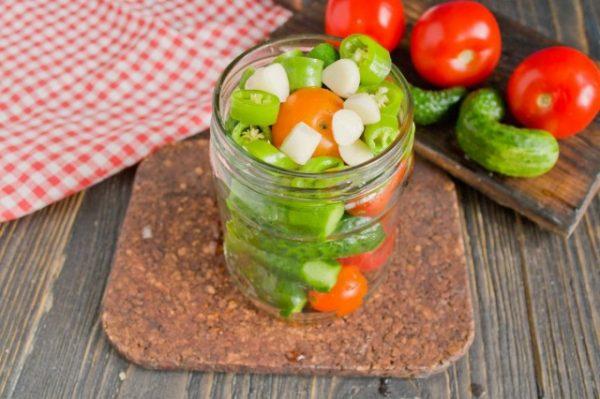 marinovannye-ogurtsy-s-pomidorami-letnee-assorti-na-zimu-3