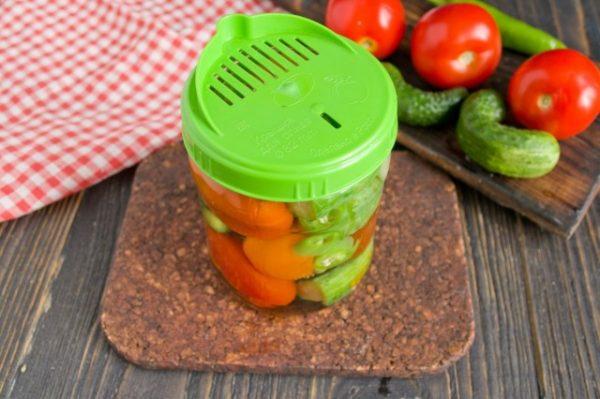 marinovannye-ogurtsy-s-pomidorami-letnee-assorti-na-zimu-4