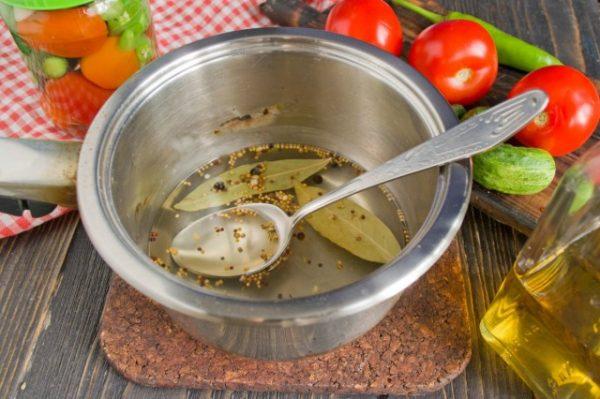 marinovannye-ogurtsy-s-pomidorami-letnee-assorti-na-zimu-5
