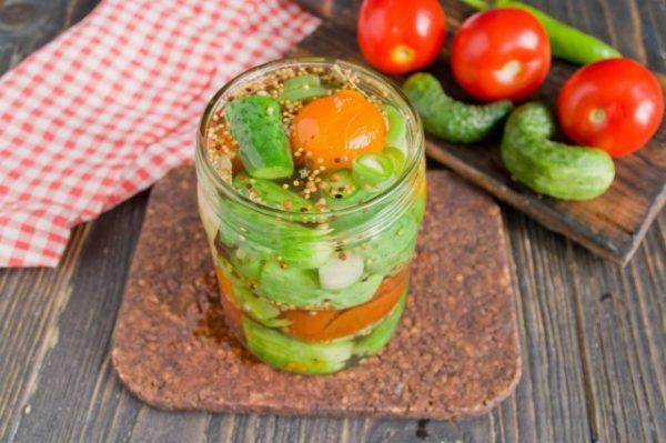 marinovannye-ogurtsy-s-pomidorami-letnee-assorti-na-zimu-6