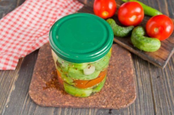 marinovannye-ogurtsy-s-pomidorami-letnee-assorti-na-zimu-7
