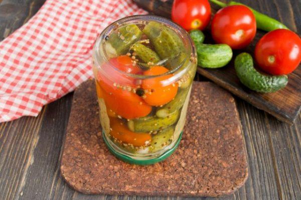 marinovannye-ogurtsy-s-pomidorami-letnee-assorti-na-zimu-9