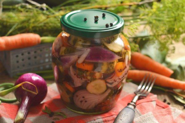 salat-na-zimu-sladkie-ogurchiki-1