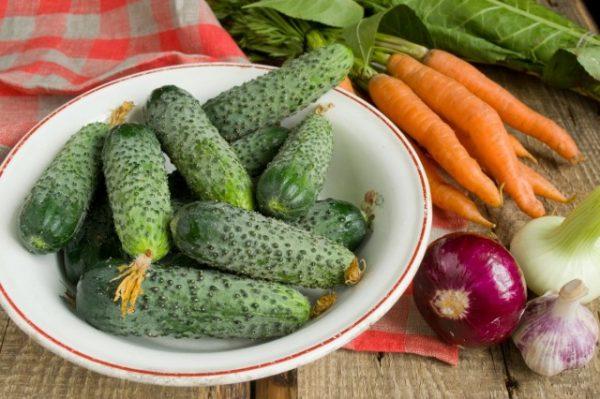 salat-na-zimu-sladkie-ogurchiki-2