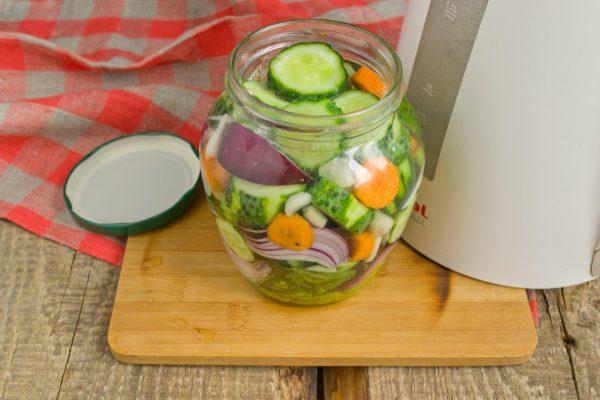 salat-na-zimu-sladkie-ogurchiki-8