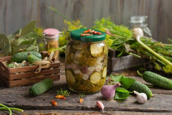 vkusnejshij-salat-iz-ogurtsov-luka-i-chesnoka-1