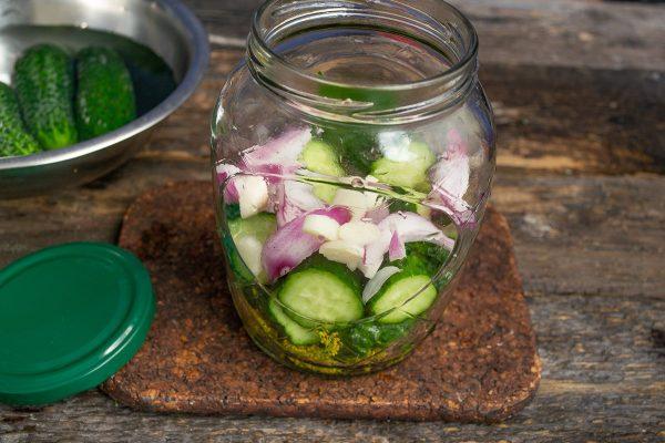 vkusnejshij-salat-iz-ogurtsov-luka-i-chesnoka-4