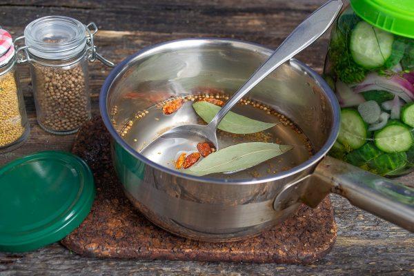 vkusnejshij-salat-iz-ogurtsov-luka-i-chesnoka-7