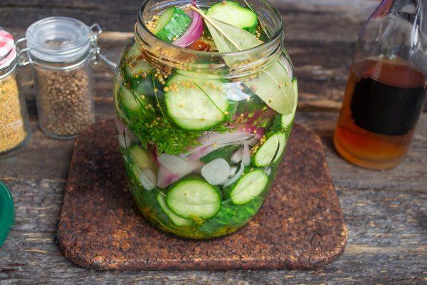 vkusnejshij-salat-iz-ogurtsov-luka-i-chesnoka-8