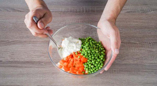 sloenyj-salat-s-kuritsej -peremeshajte-ovoshhi-s-goroshkom-i-yajtsami