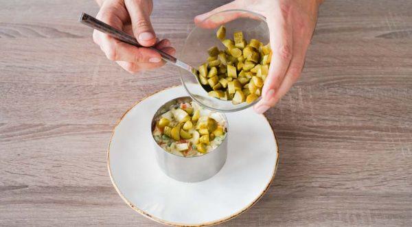 sloenyj-salat-s-kuritsej -soberite-sloenyj-salat-s-kuritsej-pri-pomoshhi-kulinarnogo-koltsa