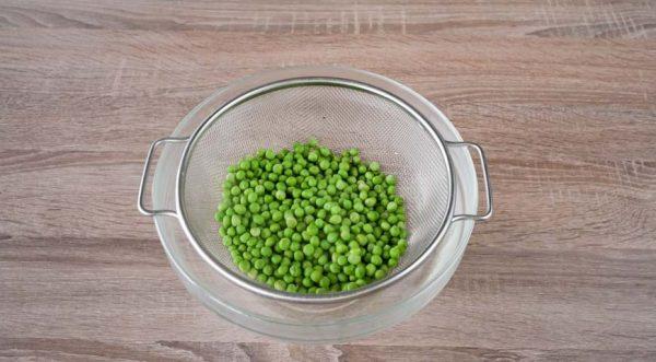 sloenyj-salat-s-kuritsej -zelenyj-goroshek-otkinte-na-durshlag