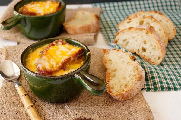 Французский луковый суп с сыром грюйер